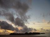 夕焼け空と水上バンガロー